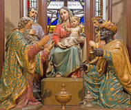 Banska Stiavnica - i tre Re Magi scolpiti e goroup policromo della scultura sul nuovo altare gotico principale della chiesa della Fotografie Stock Libere da Diritti