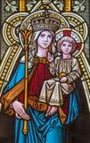Banska Stiavnica - Madonna op de ruit van st Elizabeth kerk van 19 cent royalty-vrije stock foto