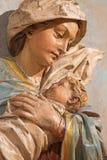 Banska Stiavnica - o detalhe de estátua cinzelada de Madonna (Fligh ao grupo escultural de Egito) como a parte do calvário barroc Imagens de Stock