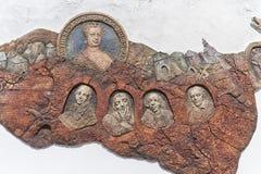 Banska Stiavnica, Slovakien - Juli 22: skulptur av berömt folk av Banska Stiavnica på Juli 22, 2016 i Banska arkivfoton