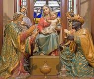 Banska Stiavnica - tres unos de los reyes magos tallados y goroup policromo de la escultura en el nuevo altar gótico principal de Fotos de archivo libres de regalías