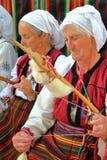 """BANSKO BULGARIEN†""""JULI 25, 2015: Klädd roterande ull för kvinnor traditionellt Arkivbilder"""