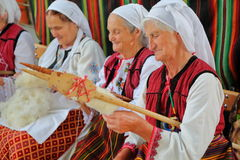 """BANSKO BULGARIEN†""""JULI 25, 2015: Klädd roterande ull för kvinnor traditionellt Royaltyfria Foton"""