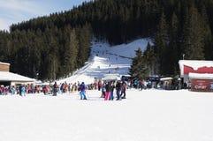 Bansko Bulgarien, Januari 27, 2016: Bansko skidar stationen, elevatorn för kabelbil och folk som väntar i linje nära den i Bansko Royaltyfri Bild