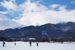 Bansko Bulgarien - Januari 26, 2016: Kabin för Bansko kabelbil i Bansko, Bulgarien, skida för folk Snöbergmaxima på backgroen arkivbilder