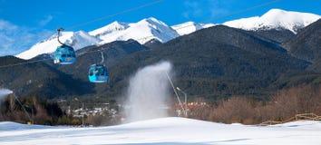 Bansko Bulgarien skidar semesterortpanorama med skidar lutningen och snöar kanoner Arkivbilder