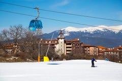 Bansko-Drahtseilbahnkabinen- und -schneespitzen, Bulgarien Stockfoto