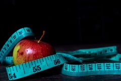 Banta äpplet med att mäta bandet arkivbilder