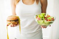 banta att äta som är sunt Ung kvinna som äter sund sallad efter genomkörare royaltyfri foto