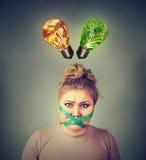 Banta begränsningsspänningen Frustrerad kvinna med att mäta bandet runt om hennes mun arkivfoto