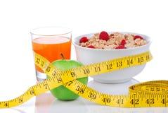 Banta begreppet för viktförlust med måttband äpple royaltyfri bild