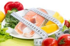 Banta begreppet för viktförlust Ny laxbiff för lunch med måttband centimetr Ny laxbiff för lunch Royaltyfria Foton