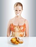 Banta begreppet. kvinnamunnen som förseglas med kanalen, tejpar med bullar royaltyfri foto