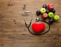 Banta begreppet med den medicinska stetoskophjärtaleksaken och nya frukter Arkivbilder