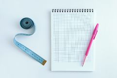 banta Blok, penna och meter På en vit bakgrund royaltyfri fotografi