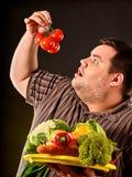 Banta den feta mannen som äter sund mat Sund frukost med grönsaker royaltyfri foto