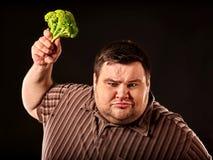 Banta den feta mannen som äter sund mat Sund frukostgrönsakblomkål Arkivbild