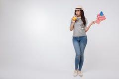 Banta den unga kvinnan som firar nationell ferie i studion Royaltyfri Foto