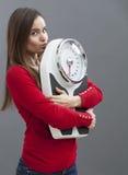 Banta den unga kvinnan som kysser hennes skala med mjukhet och förtroende Royaltyfria Foton
