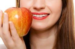 banta Erbjudande äpple för flicka säsongsbetonad frukt Royaltyfria Bilder
