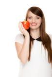 banta Erbjudande äpple för flicka säsongsbetonad frukt Royaltyfri Fotografi