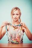 banta Flicka med färgrika mäta band i bunke fotografering för bildbyråer