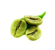 Banta gröna kaffebönor med det isolerade bladet Royaltyfri Bild