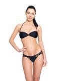 Banta kroppen av den unga kvinnan i svart bikini fotografering för bildbyråer