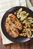 Banta mat: Grillat fegt bröst med avokadot, citronen och oliv arkivfoto