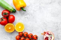 Banta mat med för salladstenen för nya frukter och grönsakmodellen för den bästa sikten för bakgrund royaltyfria foton
