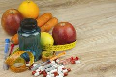 Banta mat, äppelmust, grönsaker, och frukter, begrepp bantar, vitamintillägg Arkivfoto