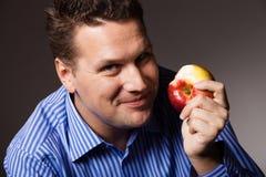 banta näring Lycklig man som äter äpplefrukt Royaltyfri Fotografi