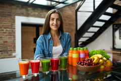 banta näring Kvinna med nya Juice Smoothie In Kitchen Royaltyfri Fotografi