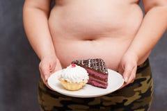 Banta och att banta, skräpmatbegreppet Slut upp av ung sjukligt fet overwe arkivbild