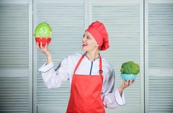 Banta och banta begrepp Hur m?nga delar dig skulle gilla att ?ta Ber?kna den normala delen av mat Kvinnakockhåll arkivbilder