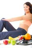 Banta och sporten - den unga kvinnan gör sitta-ups arkivfoton
