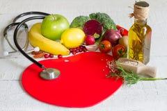 Banta och sund mat på en röd hjärta fotografering för bildbyråer