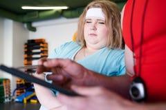 Banta planet för sjukligt fet kvinna arkivfoton