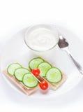Banta smörgåsar med yoghurten, sund mat på vit Royaltyfri Foto