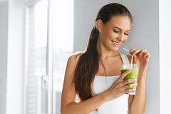 banta Sund äta kvinna som dricker fruktsaft Livsstil mat Nutr arkivbild