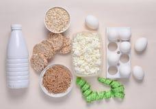 Banta sund mat Flaska av yoghurten, frasigt runt bröd, bovetenudlar, havremjöl, keso, äggmagasin, linjal på en vit arkivfoto
