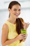 banta sunt Kvinna som dricker grön Detoxfruktsaft livsstil Nutri royaltyfri fotografi