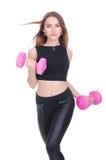 banta Ung härlig flicka med rosa hantlar i hans händer Flickan utför sportslig övning Arkivfoto