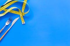 Banta viktförlust som bantar begrepp Dela sig och baktala med såret som mäter bandet på blått utrymme för den bästa sikten för ba Arkivfoto