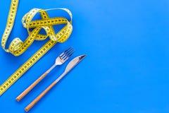 Banta viktförlust som bantar begrepp Dela sig och baktala med såret som mäter bandet på blått utrymme för den bästa sikten för ba Royaltyfri Fotografi