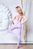 Bantar den sexiga blondinen för skönhet med perfekt idrotts- det förlovade diagramet in Royaltyfri Foto
