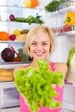 Bantar grön sallad för kvinnan, kylskåpet Fotografering för Bildbyråer