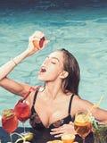 Bantar ny vitaminfruktsaft för drinken, Coctail med frukt på den sexiga flickan i pöl på Maldiverna Sommarsemester och simning på royaltyfri foto