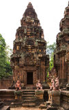 banteay桃红色砂岩srei寺庙 库存照片