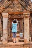 Banteay的Srei游人在柬埔寨 库存图片